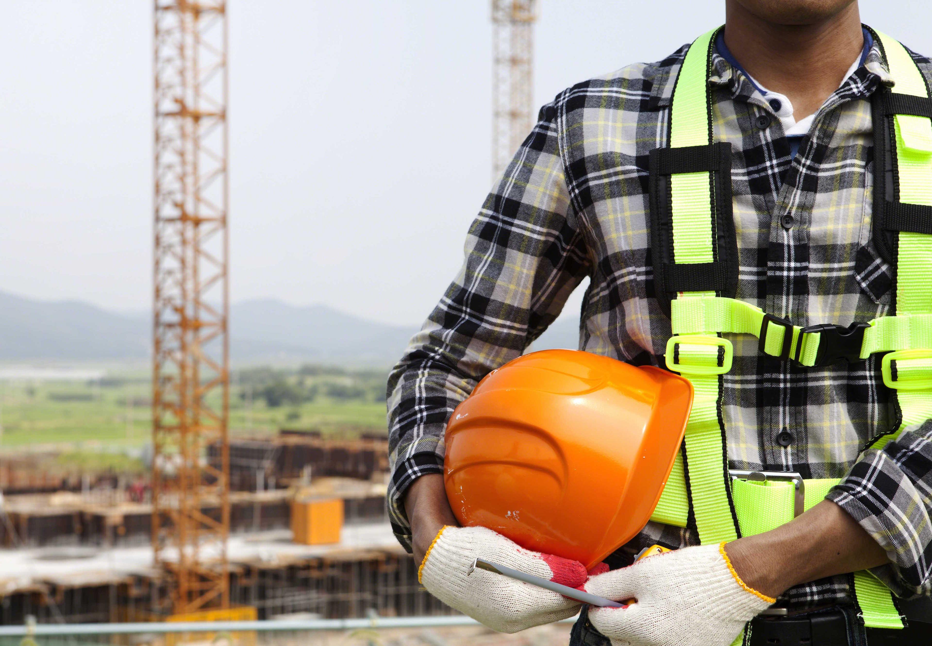 Trabajador de la construcción sosteniendo un casco