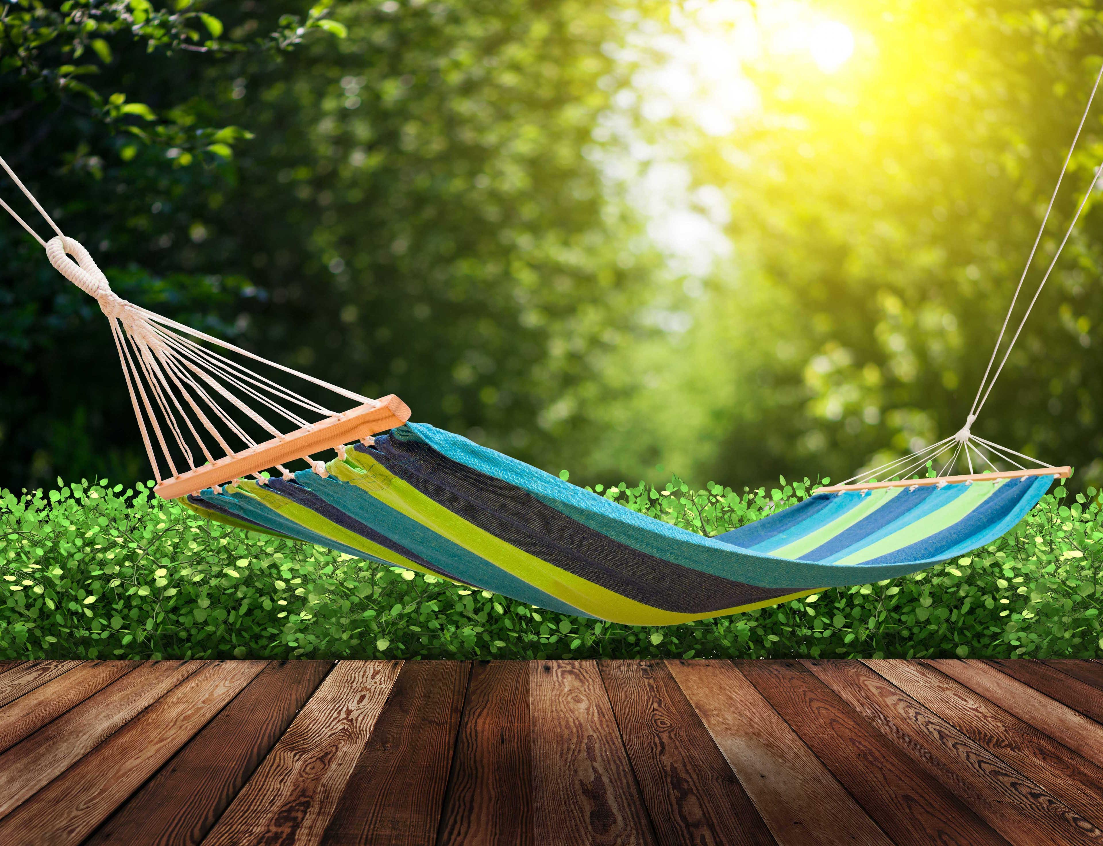 Relaxando na rede no jardim
