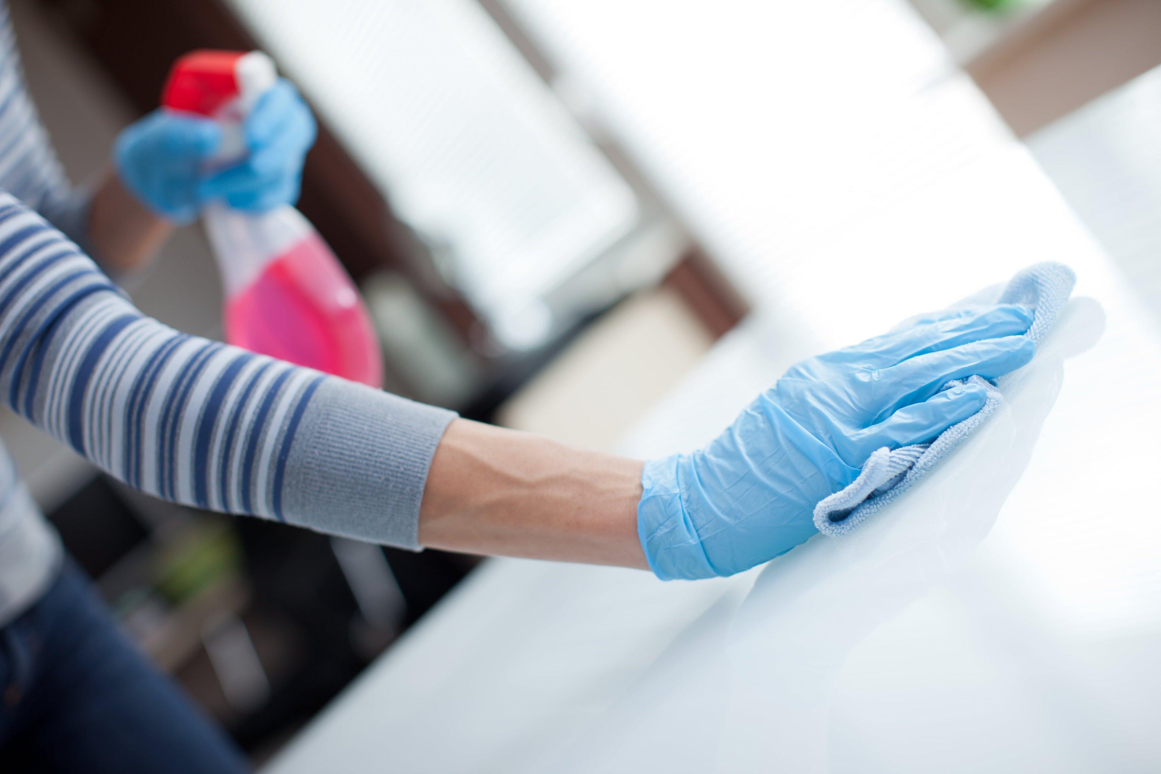 Putzen mit Handschuhen