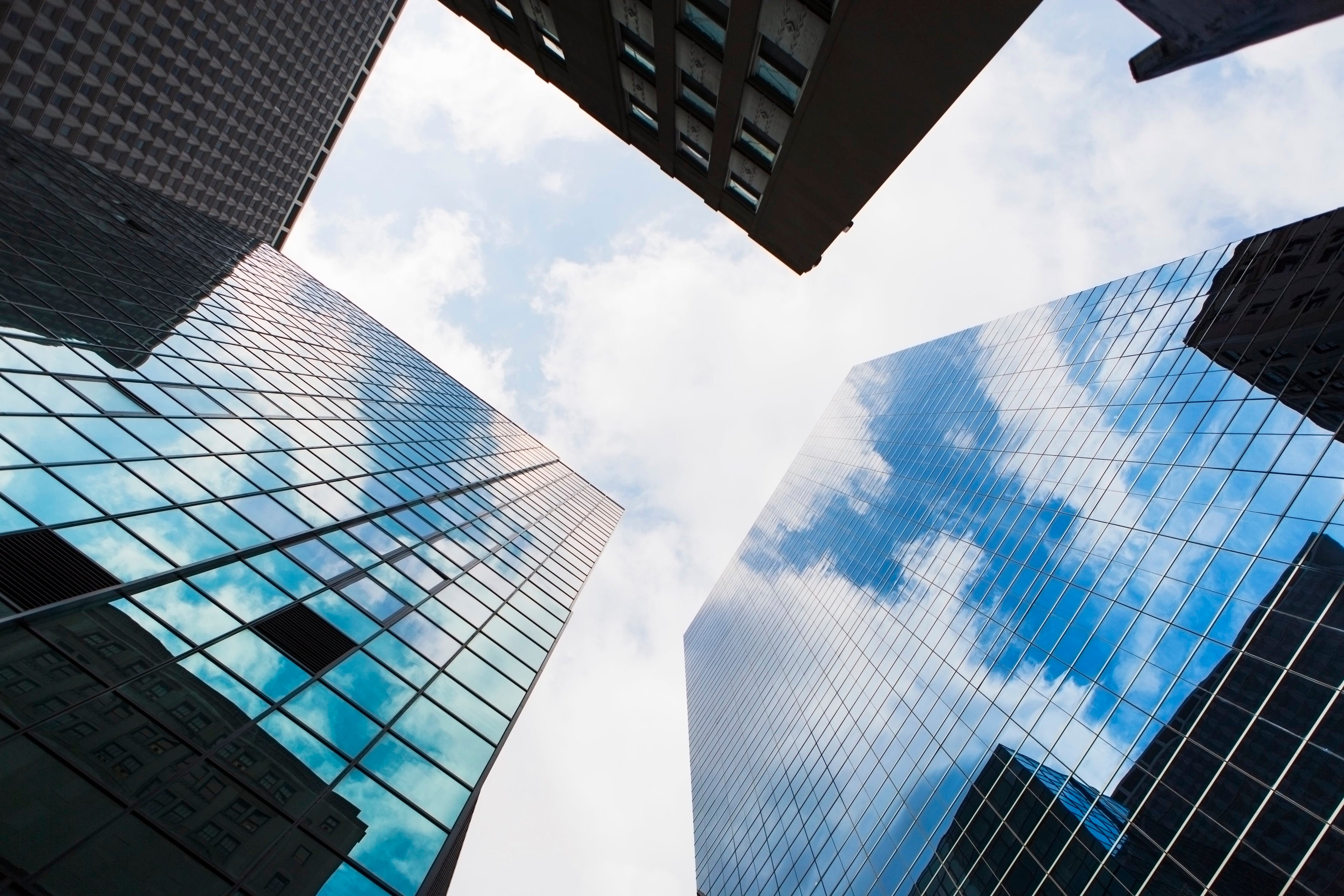 Vista contrapicada de rascacielos