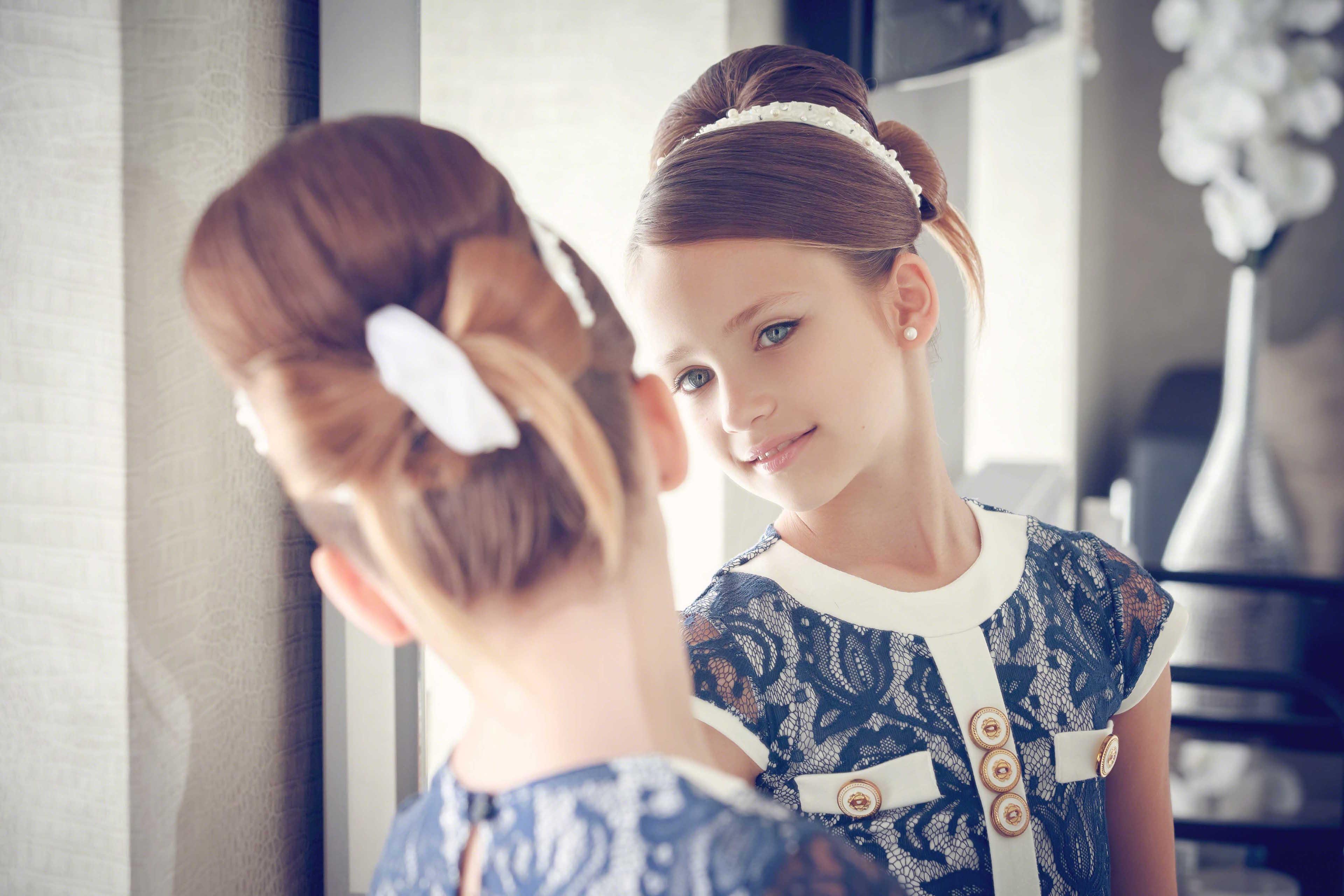 Niña mirándose al espejo